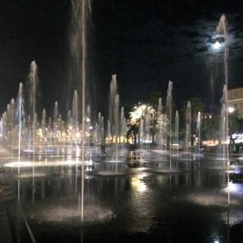 Večerní vodotrysky na Massena Square