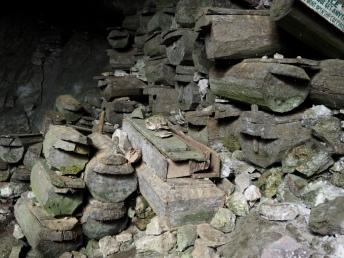 Rakve v Burial Cave