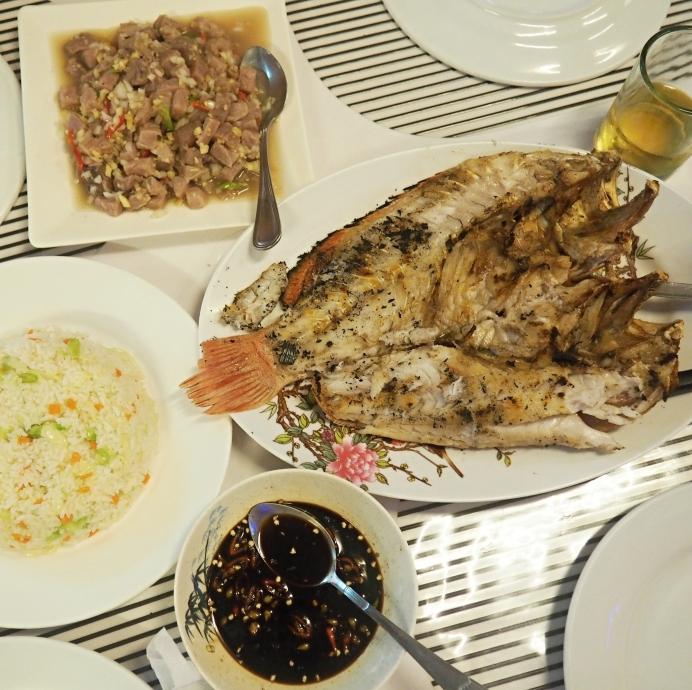 Tradiční jídlo Kinilaw z tuňáka a grilovaná ryba White Snaper